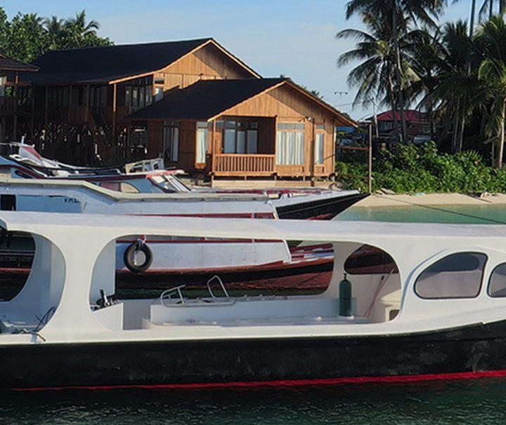 Die Boote der Derawan Dive Lodge ermöglichen auch Tagestouren zu weltbekannten Tauchspots wie Sangalaki, Big Fish Country oder dem Jelly Fish Lake in Kakaban.