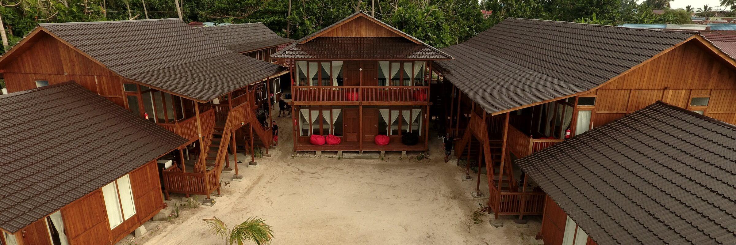 Die 10 Bungalows der Derawan Dive Lodge haben jeweils eine vorgelagerte Terrasse mit Hängematte und sind nur einen kurzen Fußweg vom Strand entfernt.