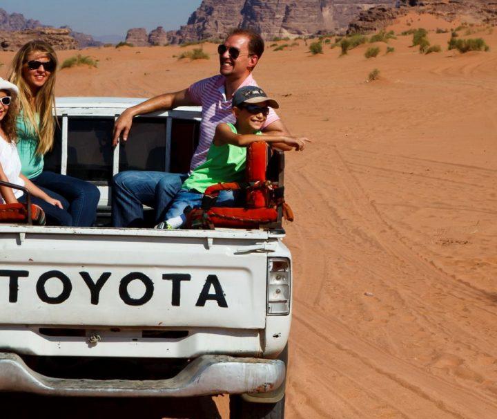 Die braunroten, zerklüfteten Gebirgszüge machen eine Jeep-Safari im beeindruckendes Wüstental Wadi Rum zu einem unvergesslichen Erlebnis.