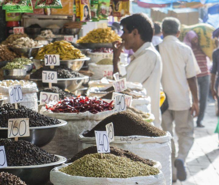 Delhis Altstadt ist berühmt für ihren Gewürzgroßhandel und die farbenprächtigen Marktstände auf denen Gewürze, Nüsse, Kräuter und Tees angeboten werden.