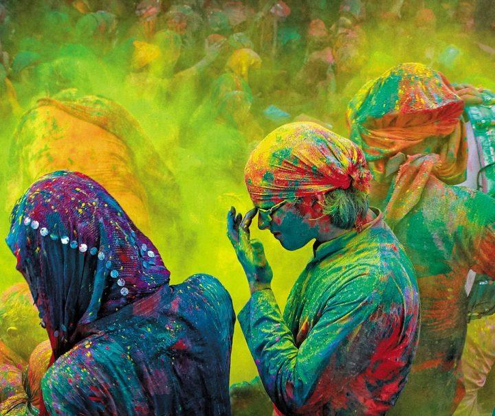 Das Holi Festival ist ein hinduistisches Frühlingsfest, welches je nach Region 2 bis 10 Tage zelebriert wird. Die Menschen bewerfen sich hierbei mit buntem Farbpulver.