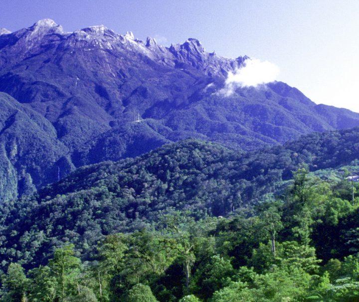 Der Mount Kinabalu ist mit 4095 m der höchste Berg Malaysias und liegt im Zentrum des Bundesstaates Sabah im Norden Borneos.