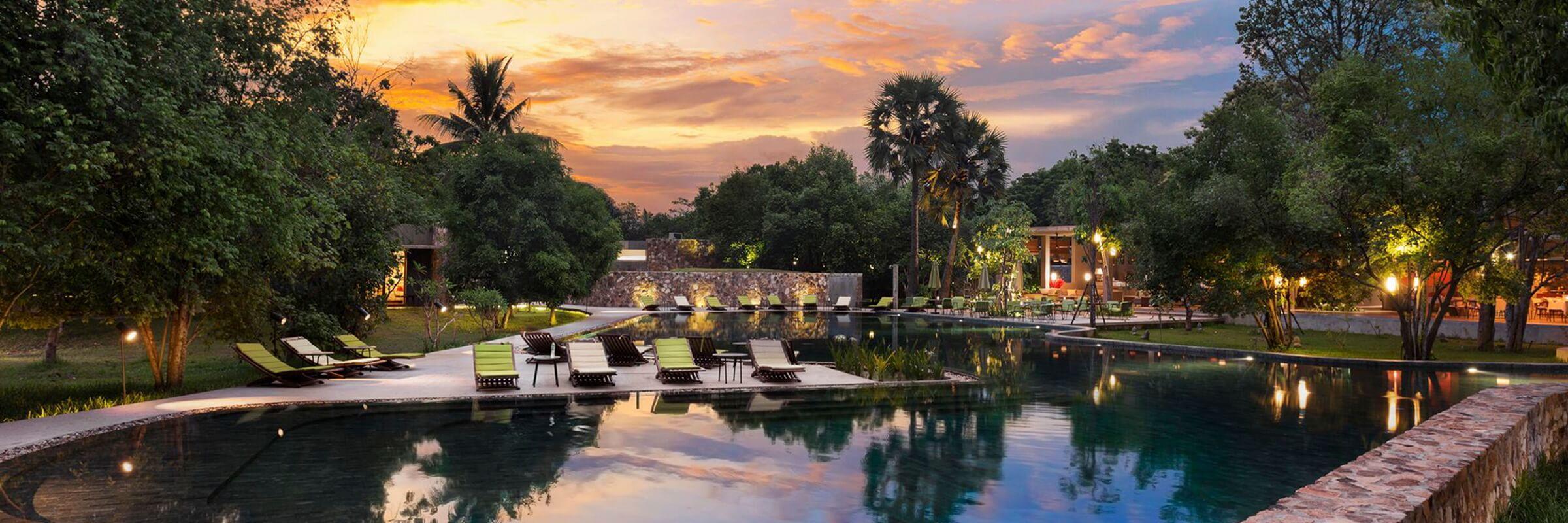 Der Pool- und Gartenbereich mit Terrassenlandschaft des Templation Angkor Hotel in Siem Reap, Kambodscha