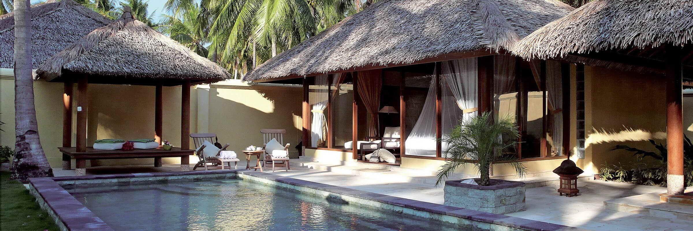 Aussenansicht der luxurioesen Pool Villen des Kura Kura Resorts im Karimunjawa Archipel mit privatem Pool mittem im Palmenwald