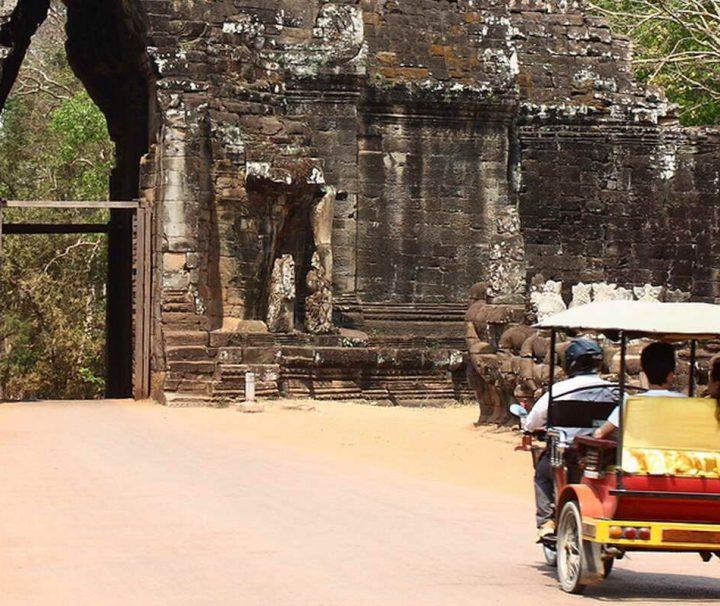 Der einfachste Weg um von Siem Reap zu den Tempelanalagen von Angkor zu gelangen ist die Fahrt mit einem Tuk Tuk (Motorradrikscha).