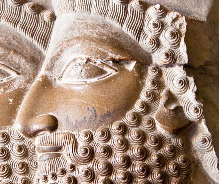 Zahlreiche Reliefs und Kunstgegenstände zeugen von der ehemals großen Bedeutung des achämenidischen Weltreiches.