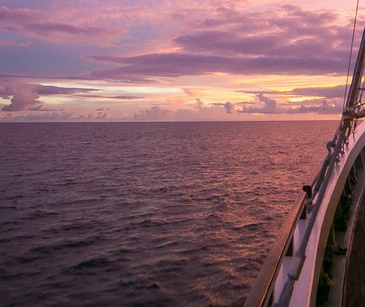 Auf einem Segeltörn im Malaiischen Archipel kann man atemberaubende Sonnenuntergänge genießen.