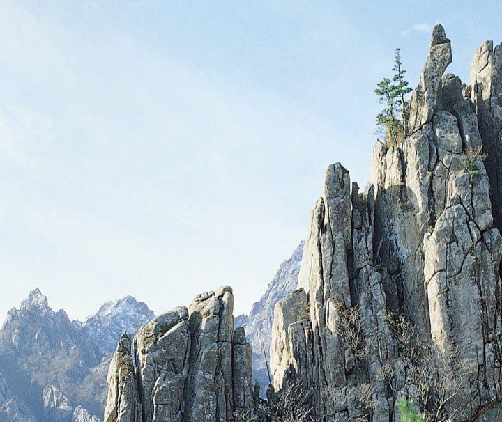 Der Seoraksan ist einer der Hauptgipfel des Taebaek-Gebirges und mit einer Höhe von 1708 m der dritthöchste Berg in Südkorea.