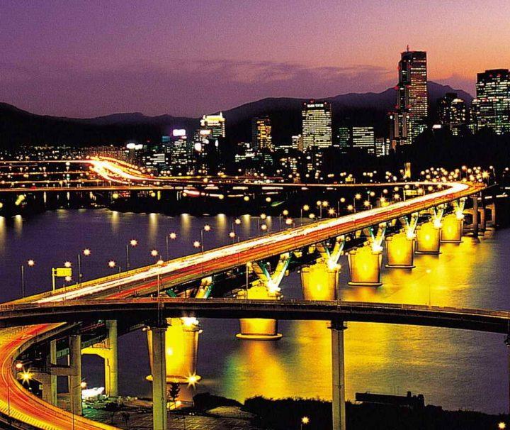 Bei Anbruch der Nacht wird die glitzernde Millionenmetropole Seoul zu einem Meer aus Licht und Farbe.