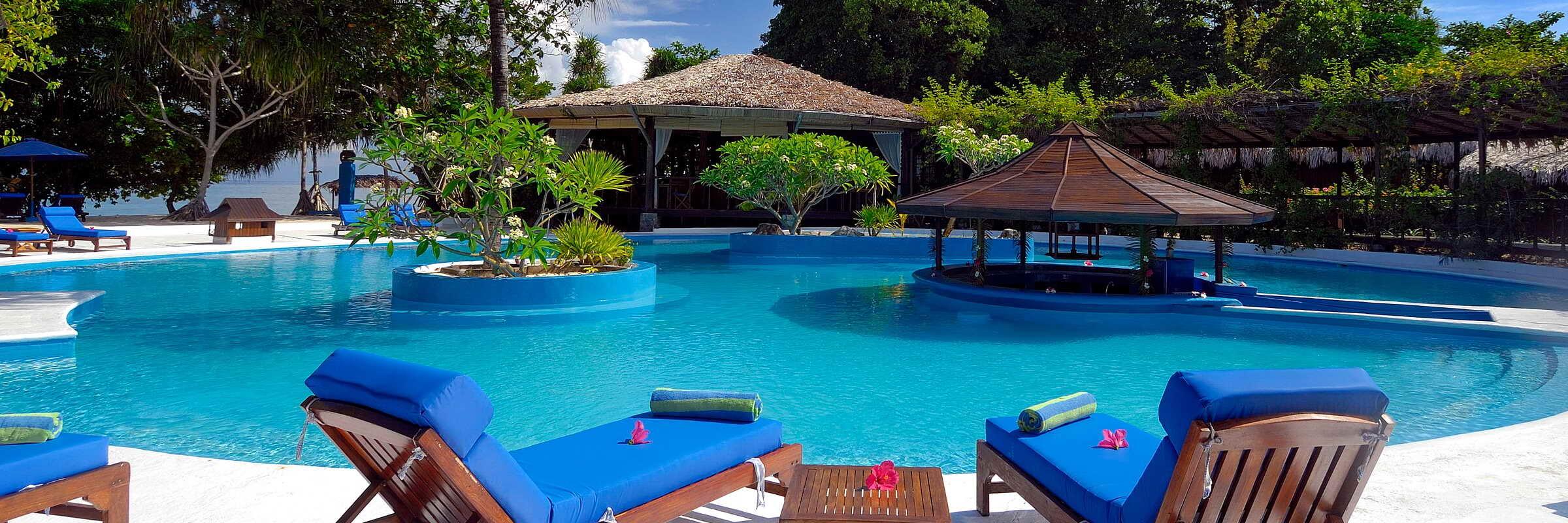 Der einladenede Pool des Siladen Resort & Spa mit atemberaubender Aussicht