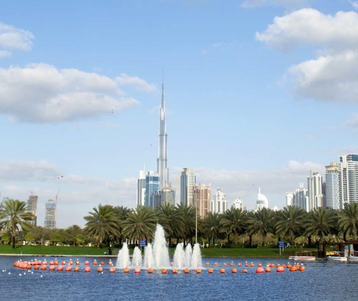 Auch aus der Ferne betrachtet dominiert das Burj Khalifa die Skyline von Dubai.