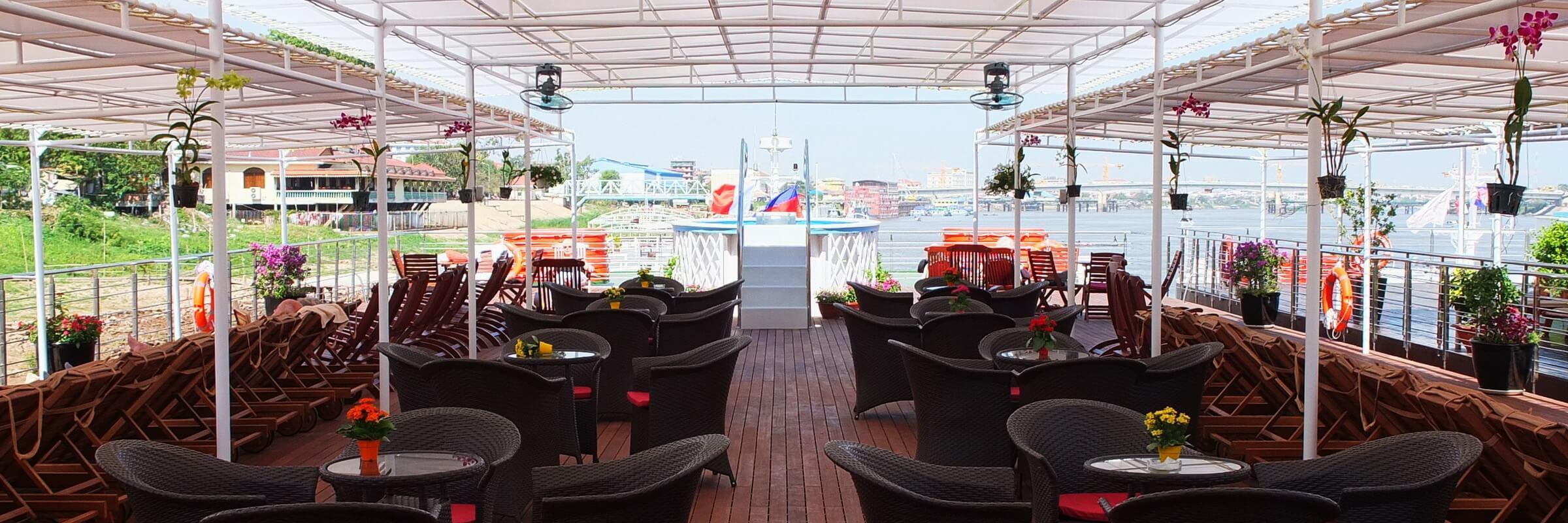 Das Sonnendeck der Mekong Prestige befindet sich auf dem obersten Deck. Es ist mit Liegestühlen, Sitzecken und einem Whirl-Pool ausgestattet.