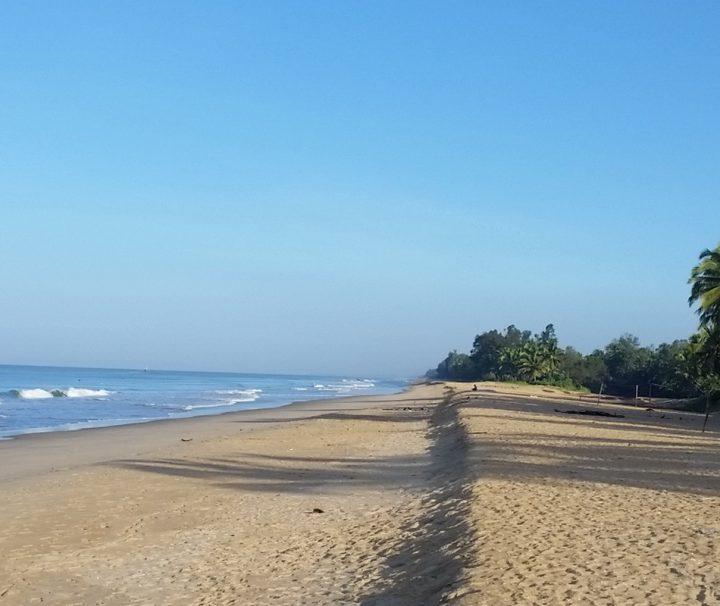 Der idyllische Sandstrand des Kanan Beach Resort ist ein perfekter Rückzugsort für alle Ruhesuchenden.