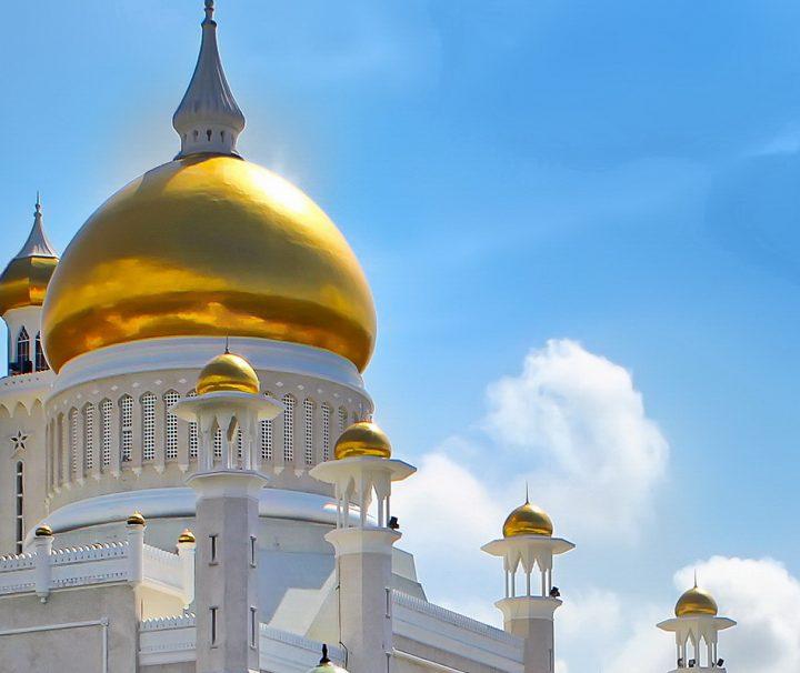 Die königliche Moschee Sultan Omar Ali Saifuddin in Bandar Seri Begawan gilt als Wahrzeichen der Stadt und des ganzen Landes.