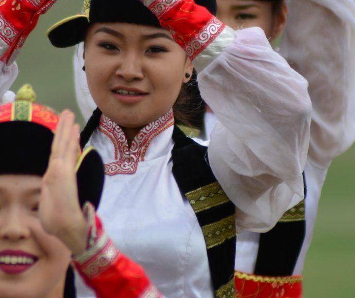 Neben den traditionellen Wettkämpfen gibt es beim Naadam-Fest auch farbenfrohe Tanzaufführungen.