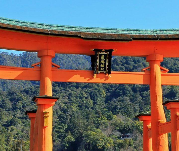 Das Torii vor dem Itsukushima-Schrein auf der Insel Miyajima ist eines der bekanntesten Wahrzeichen von Japan.