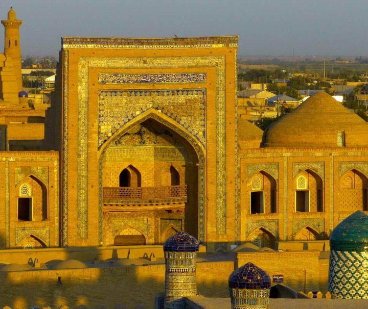 Die usbekische Stadt Chiwa ist bekannt für ihre historische Altstadt mit zahlreichen Baudenkmälern, von denen viele als Meisterwerke der orientalischen Architektur gelten.