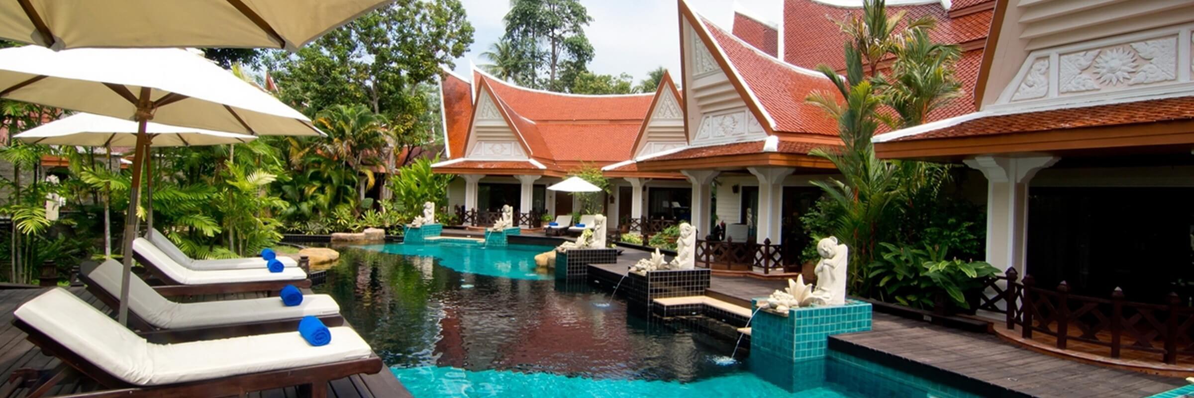 Die Chalets mit je 3-4 Wohneinheiten im traditionellen Thai-Stil sind um eine schöne Pool-Landschaft mit kleinem Wasserfall gruppiert.