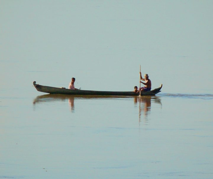 Einheimische, die auf ihren Booten den Irrawaddy entlang rudern, sind ein typisches Bild einer Flusskreuzfahrt in Myanmar.