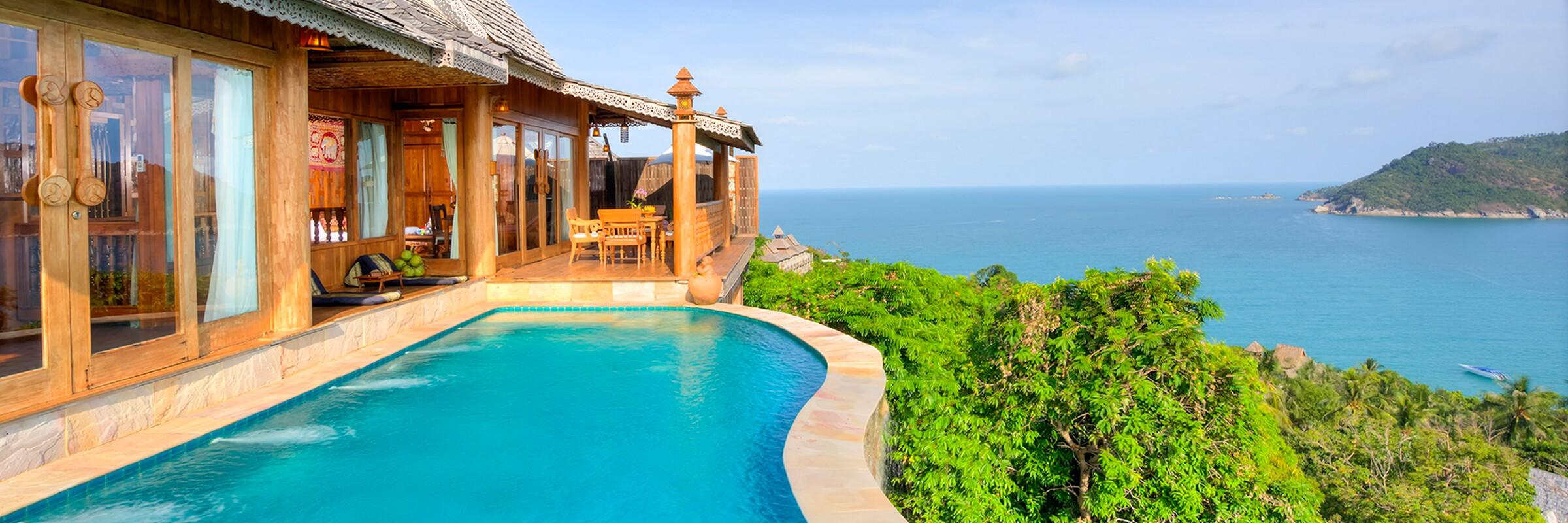 Aussenansicht der Grand Sea View Pool Villen des Santhiya Koh Phangan Resort & Spa mit eigenem Pool und Panorama Meerblick