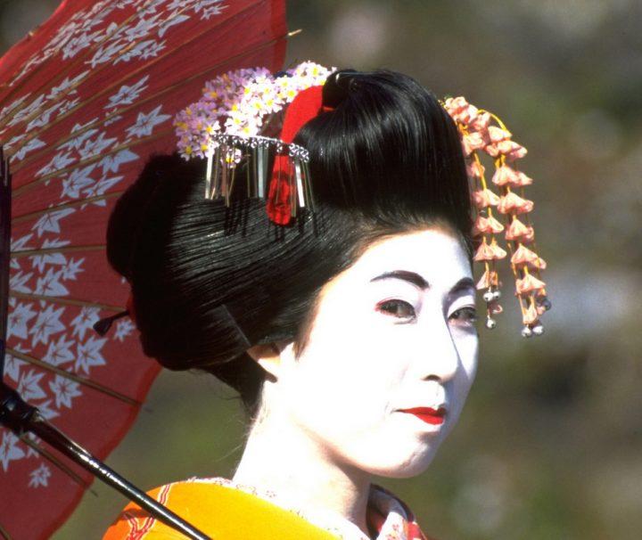 Eine Geisha führt die traditionell japanischen Unterhaltungskünste vor.