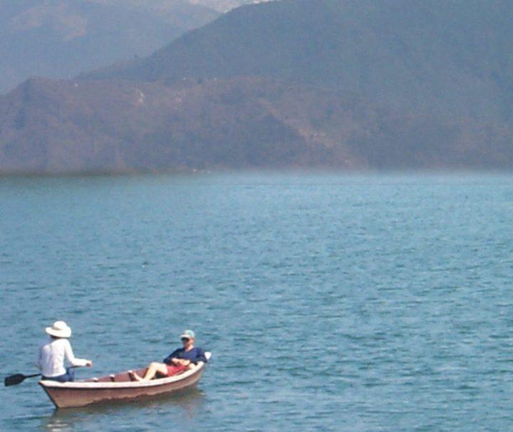 Vom Phewa-See in Pokhara aus kann man einen atemberaubenden Ausblick auf den Hauptkamm des Himalaja-Gebirges genießen.