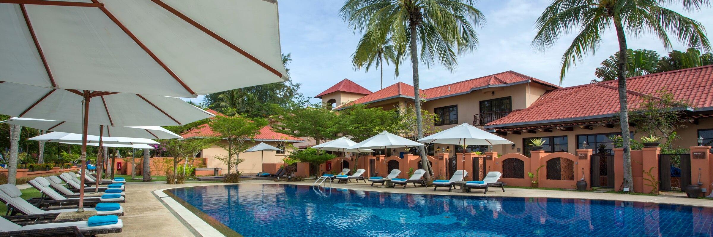 Stilvolle Poollandschaft mit Sonnenterasse des Casa del Mar Boutique-Hotel in Malaysia