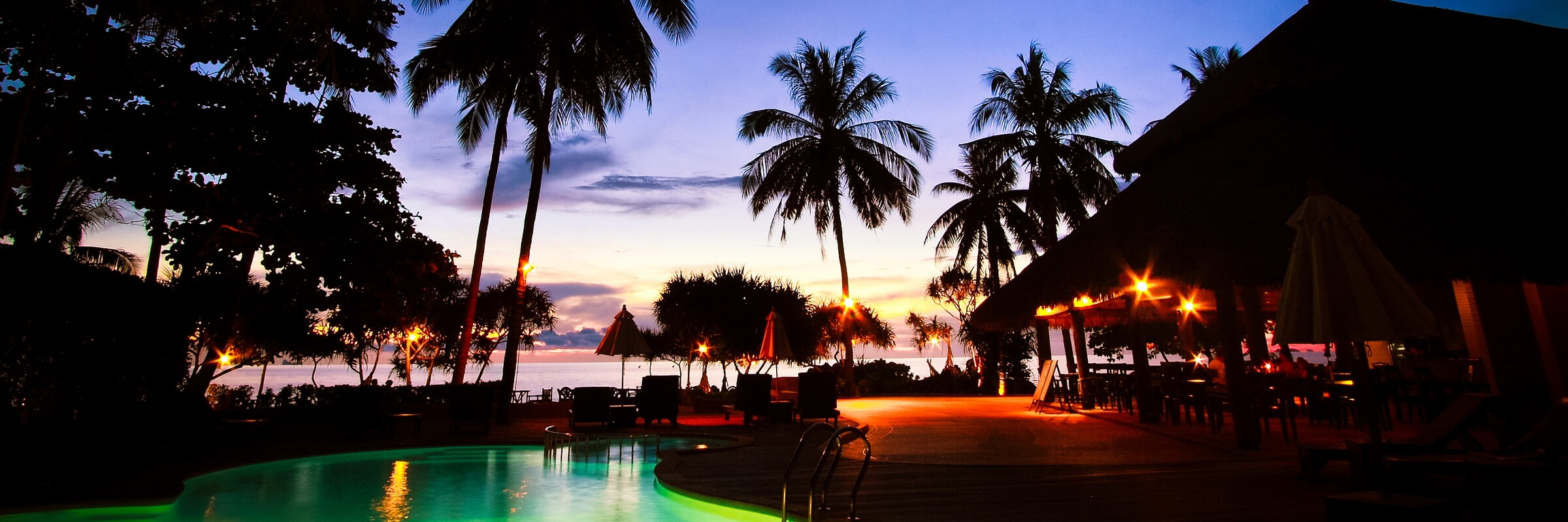 Der Pool bei Sonnenuntergang im Moonlight Exotic Bay Resort wirkt malerisch