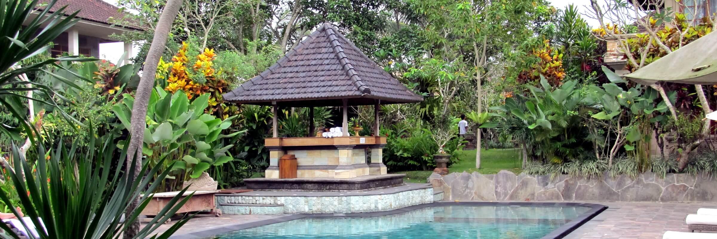 Der stilvolle Pool im harmonischen Tropengarten des Sri Ratih Cottages