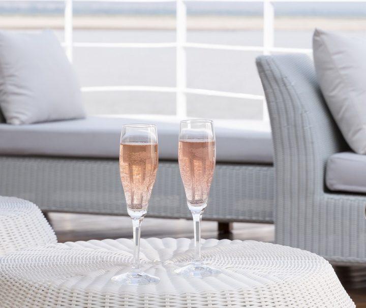 Von der Bar aus kann man sich auf dem Sonnendeck der The Strand Cruise mit Sekt oder anderen kühlen Drinks versorgen.