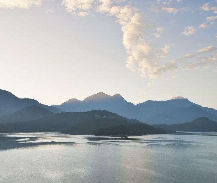 Der von subtropischen Wäldern umgebene Sonne-Mond-See in Taiwan ähnelt in seiner Form den chinesischen Schriftzeichen für Sonne und Mond.