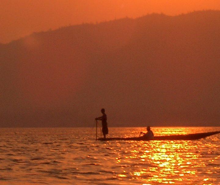 Der von Bergen und Wäldern umgebene Inle See bietet besonders bei Sonnenuntergang eine faszinierende Szenerie.
