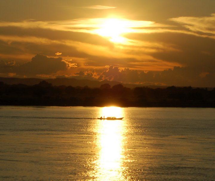 Malerische Sonnenuntergänge sind ein Bild, dass sich  jedem Reisenden auf dem Irrawaddy bietet.