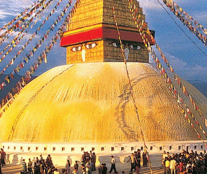 Der Stupa in Bodnath nahe Kathmandu ist seit Jahrhunderten eines der bedeutendsten Ziele buddhistischer Pilger im Himalaya und gehört mit einer Höhe von 36 m zu den größten seiner Art. Ein Highlight auf Ihrer Nepal Reise.