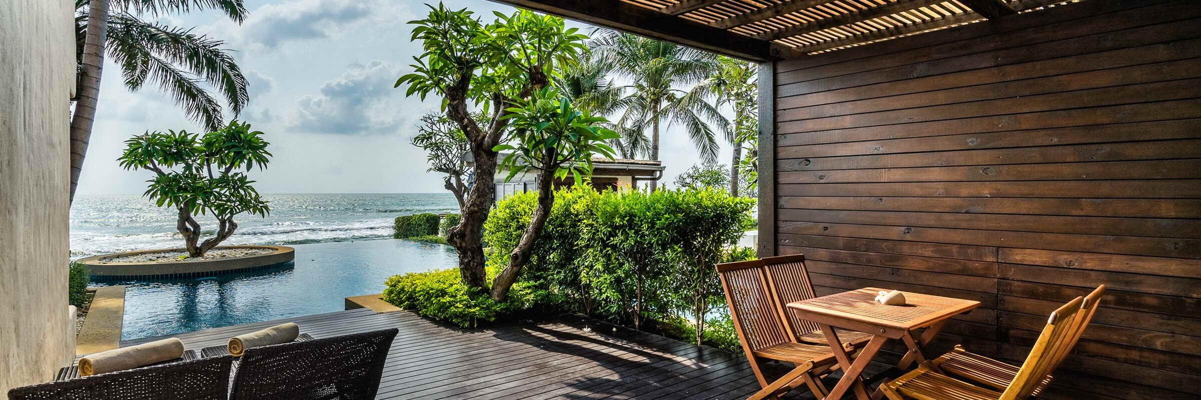 Das private Sonnendeck mit direktem Zugang zum Pool der Frangipani Residences im Aleenta Hua Hin Resort und Spa