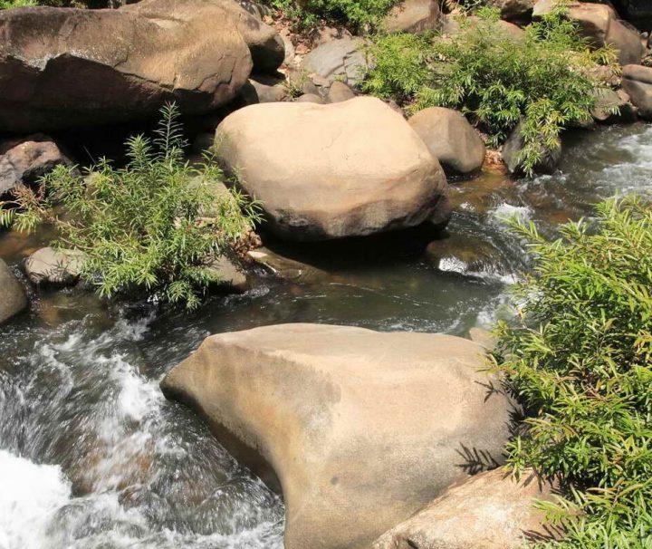Der idyllische Wing Hin Wasserfall im Khao Sok Nationalpark bietet sich während einer Wanderung zur Erfrischung an.