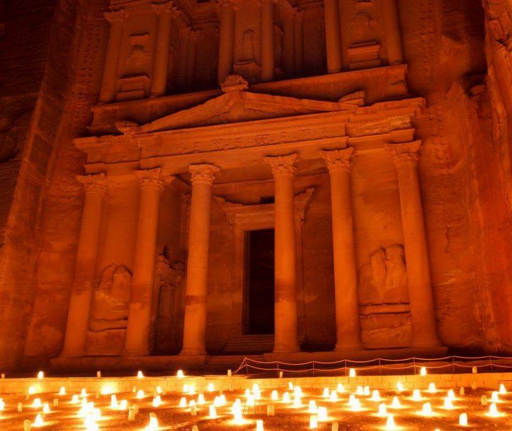 In Petra besteht die Möglichkeit bei einer Nachtwanderung das Khazne al-Firaun (Schatzhaus) im Licht von 1.800 Kerzen zu bestaunen.