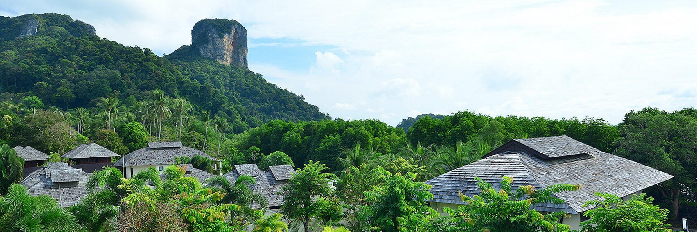 Die grandiose Aussicht vom Bhu Nga Thani Resort & Spa auf die Kalksteinfelsen