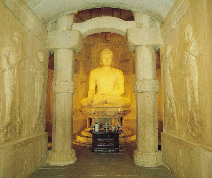 Der Grottentempel Seokguram besteht aus Granitblöcken und ist in drei beeindruckende Kammern untergliedert.
