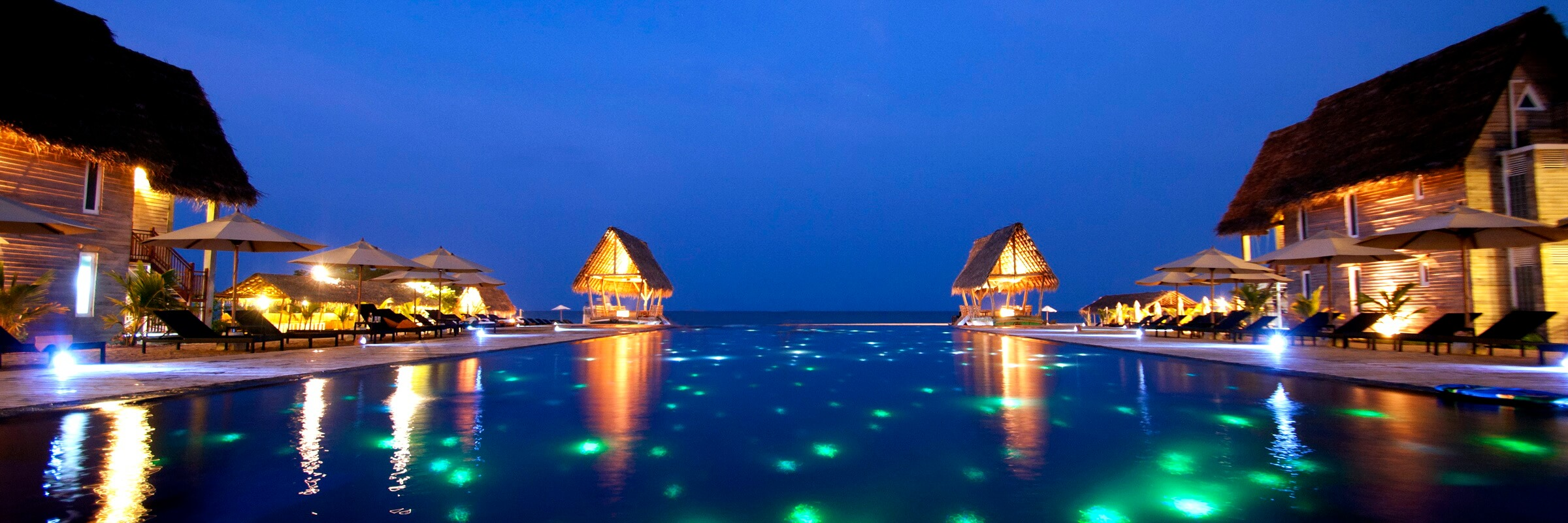Der einladende Pool des Maalu Maalu Resort & Spa mit traumhafter Aussicht
