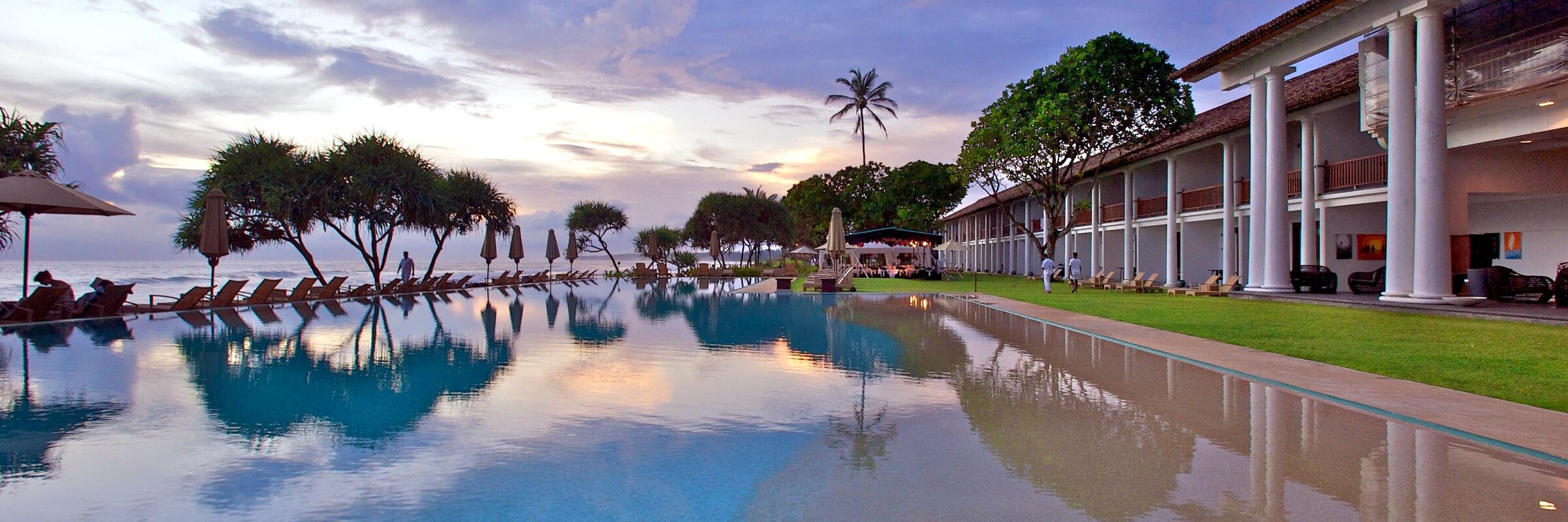 Der einladende Pool mit Sonnenterrasse im The Fortress auf Sri Lanka und einzigartigem Panorama