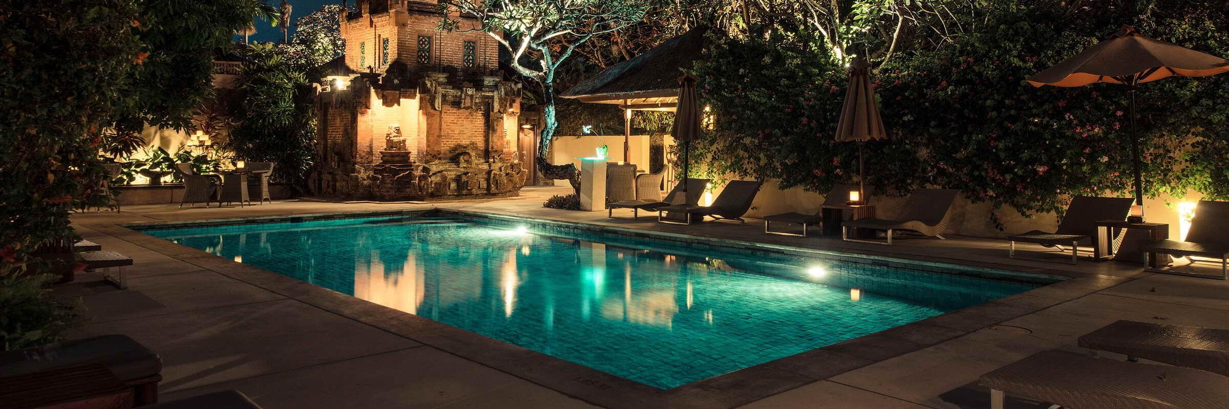 Ein Swimmingpool mit angrenzender Poolbar sorgt für Abkühlung im The Pavilions Bali.