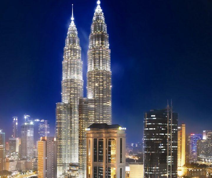 Kuala Lumpurs bei Nacht hell erleuchtete Skyline ist atemberaubender Anblick, der zu den Höhepunkten einer Malaysia-Rundreise zählt.