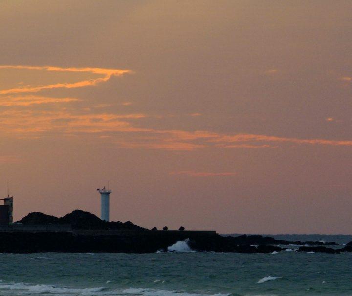 Der Hyeopjae Strand auf der Insel Jeju begeistert mit seiner landschaftlichen Schönheit und ist Teil des Hallim-Parks.