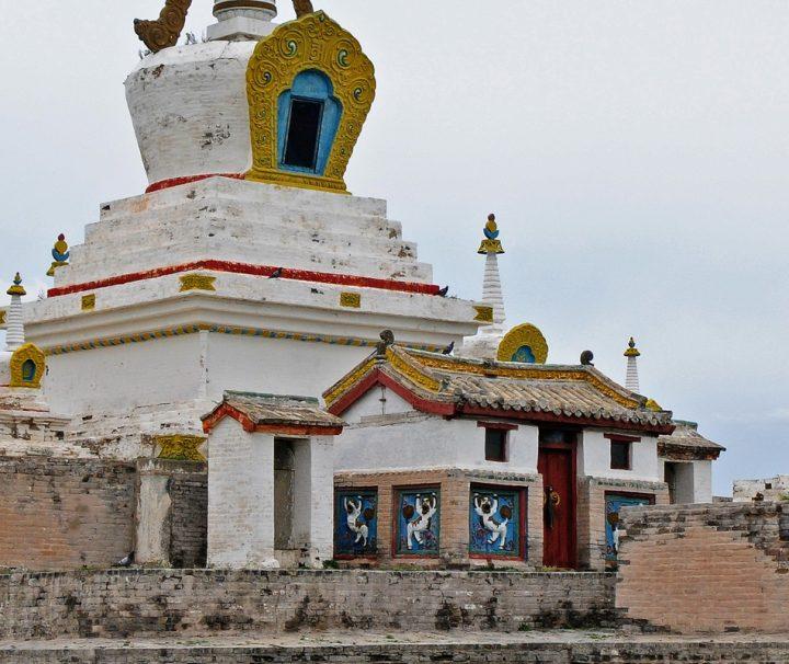 Das Kloster Erdene Dsuu befindet sich  vor den Toren der Stadt Charchorin, nahe den Ruinen von Karakorum, der einstigen Hauptstadt des Mongolischen Reiches.