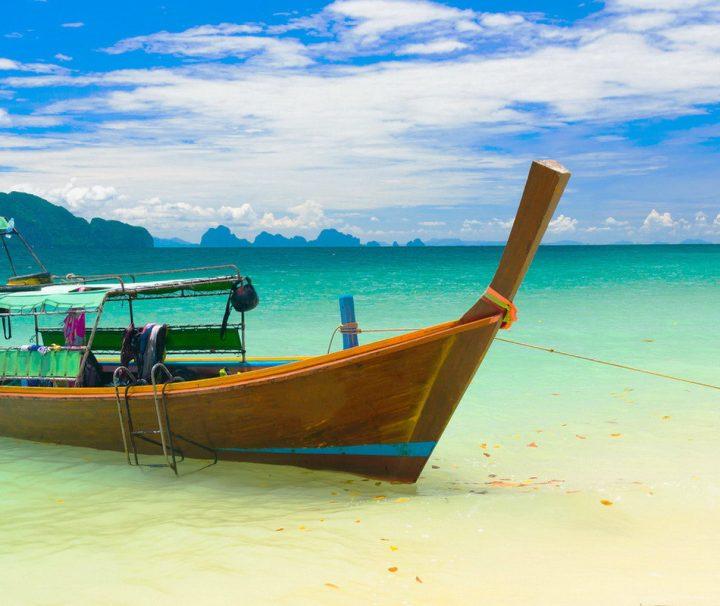 Sinnbild für eine Thailand Reise. Kleine motorisierte Boote werden in Südthailand genutzt um zwischen den verschiedenen Inseln zu pendeln.
