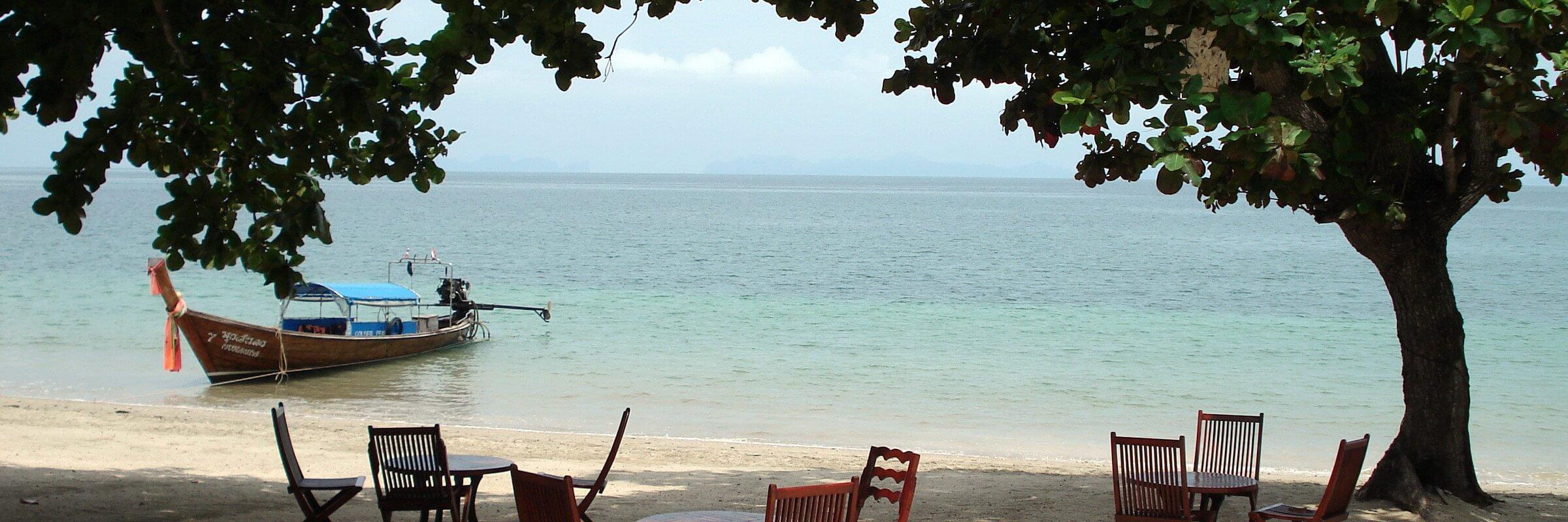 Der einladende Strand der Koh Jum Lodge mit einmaliger Aussicht