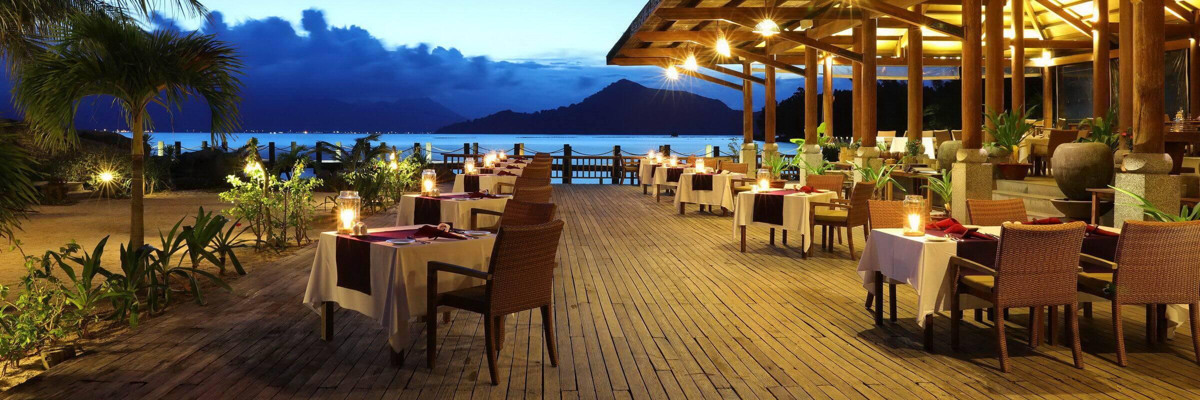 Das bekannte Open-Air-Restaurant mit toller Panoramaaussicht des L'Alyana Villas Ninh Van Bay