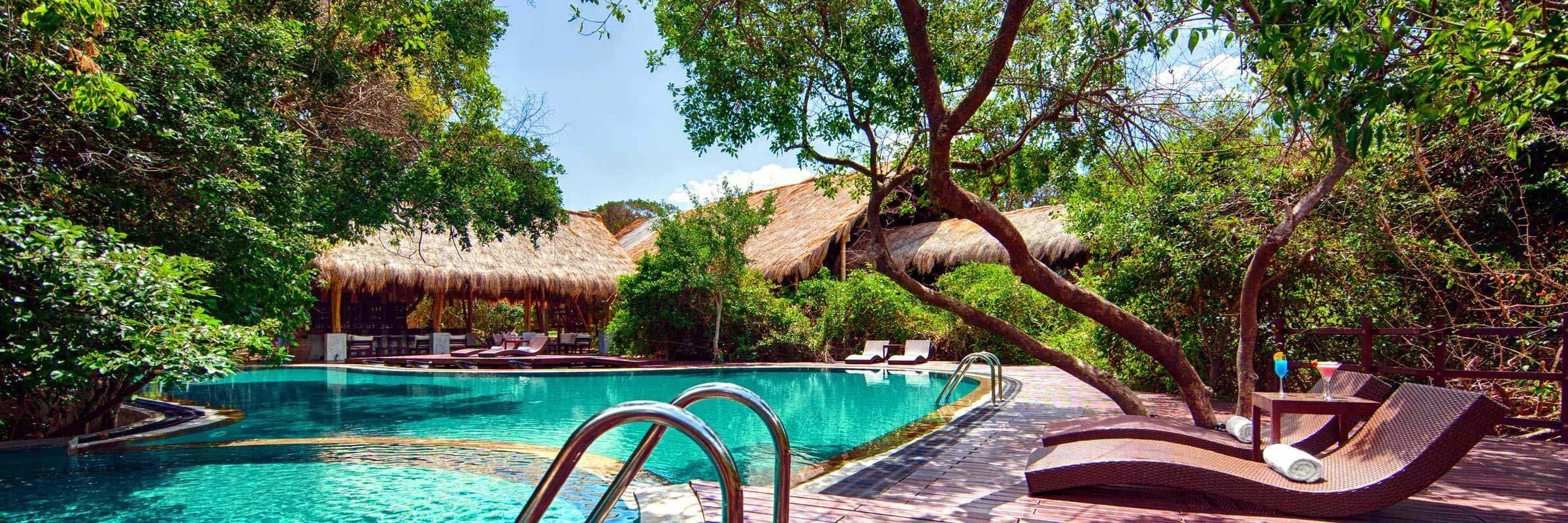 Der Pool mit ausladender Sonnenterrasse des Jungle Beach