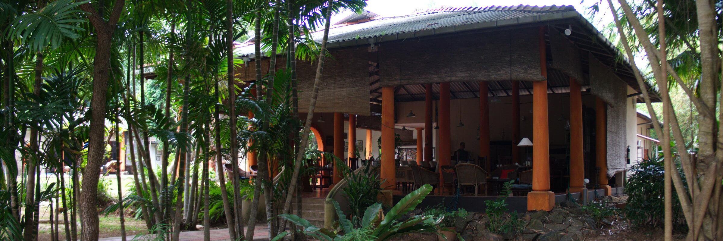 Im halboffenen Restaurant der Ging Oya Lodge kocht der Besitzer selbst und serviert seinen Gästen köstliche lokale und internationale Speisen.